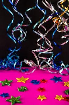 Composition de fête colorée avec des confettis