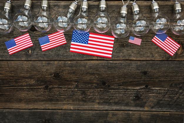 Composition de la fête de l'indépendance avec ampoules et surface