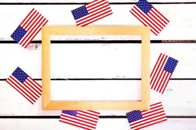 Composition de la fête de l'indépendance avec cadre et drapeaux