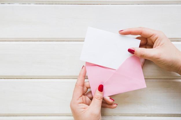 Composition de fête des mères avec enveloppe