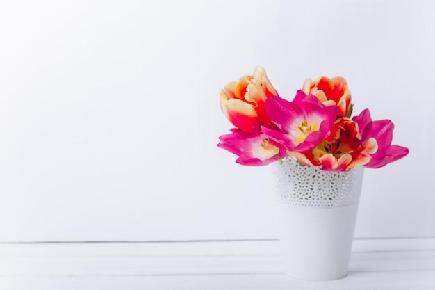Composition de la fête des mères. vase avec des tulipes et des cadeaux