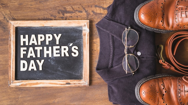 Composition de fête des pères avec ardoise et vêtements