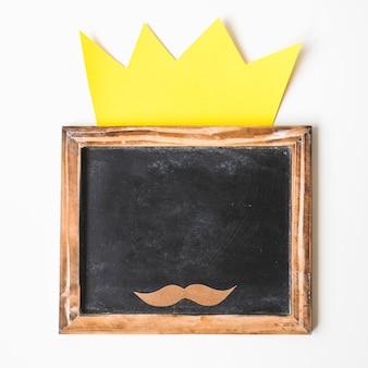 Composition de fête des pères avec couronne sur ardoise
