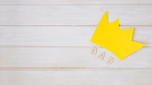 Composition de fête des pères avec couronne et surface