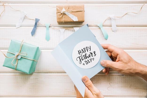 Composition de fête des pères décoratifs avec des mains tenant la carte