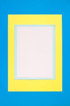 Composition avec des feuilles blanches, bleues et jaunes