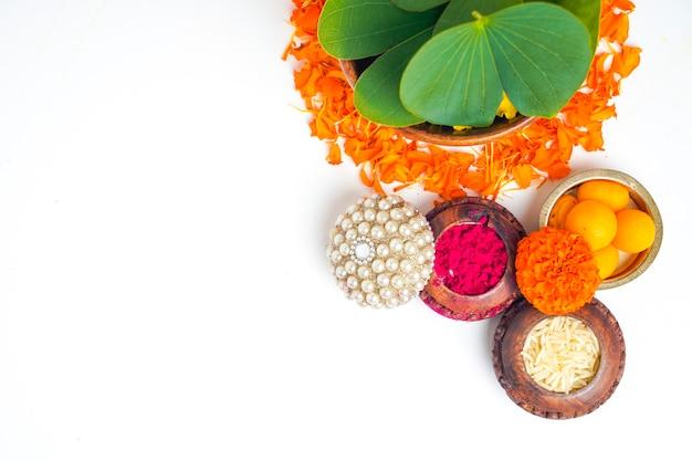 Composition de feuilles vertes, de riz et de bonbons pour le festival indien dussehrae