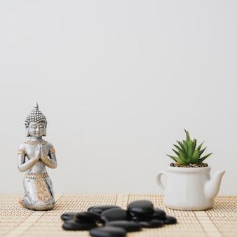 Composition avec la figure de bouddha et le pot