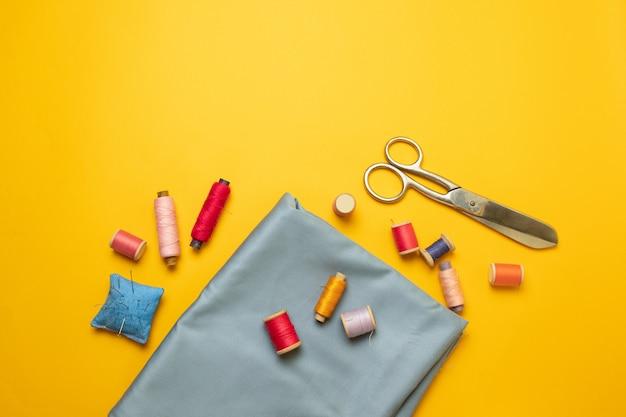 Composition avec fils et accessoires de couture