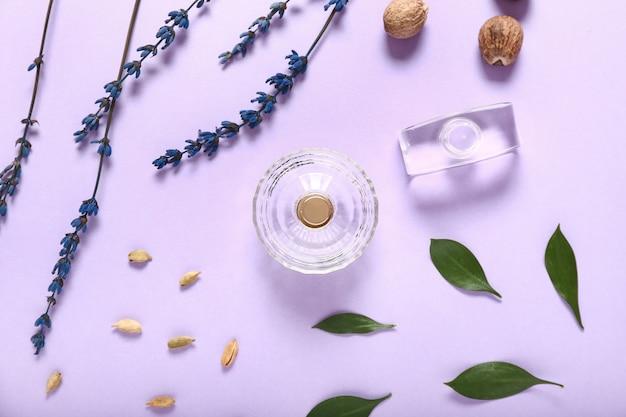 Composition avec des flacons de parfums sur la couleur