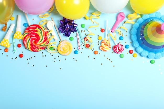 Composition flatlay avec accessoires pour une fête ou un anniversaire