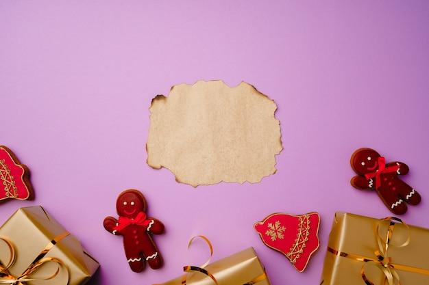 Composition flatlay avec liste de père noël et coffrets cadeaux emballés