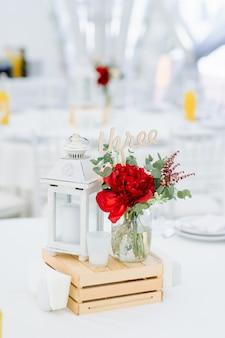 Composition de fleurs au restaurant