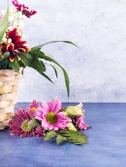Composition de fleurs colorées et de plantes tropicales dans un panier