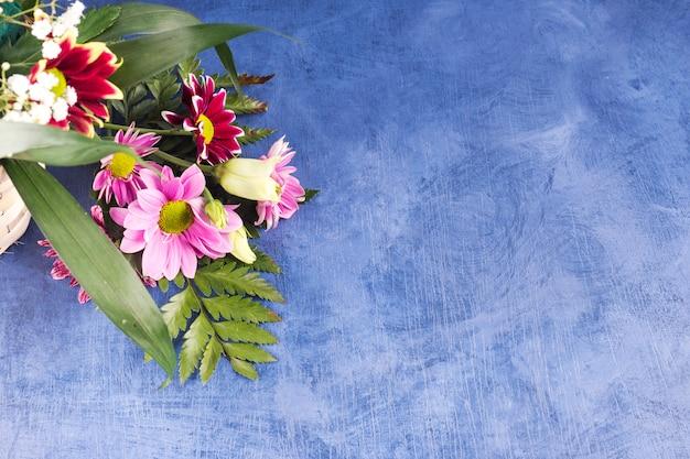 Composition de fleurs colorées et de plantes tropicales