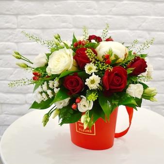 Composition de fleurs dans la boîte à chapeau d'origine. belles fleurs dans une élégante boîte à chapeau.