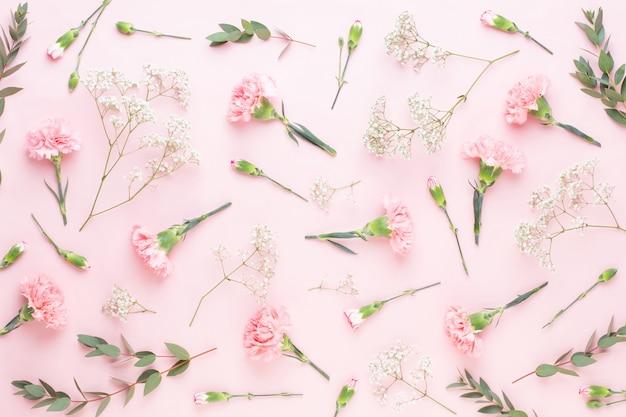 Composition de fleurs et d'eucaaliptus. modèle composé de diverses fleurs colorées sur fond blanc. plat la vie encore.