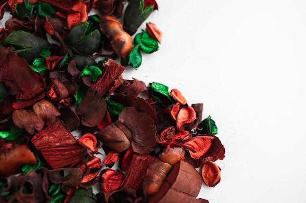 Composition de fleurs faite de fleurs roses séchées isolées