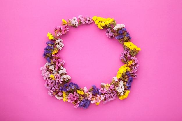 Composition de fleurs. fleurs de gypsophile sur fond rose pastel. mise à plat, vue de dessus, espace de copie. printemps