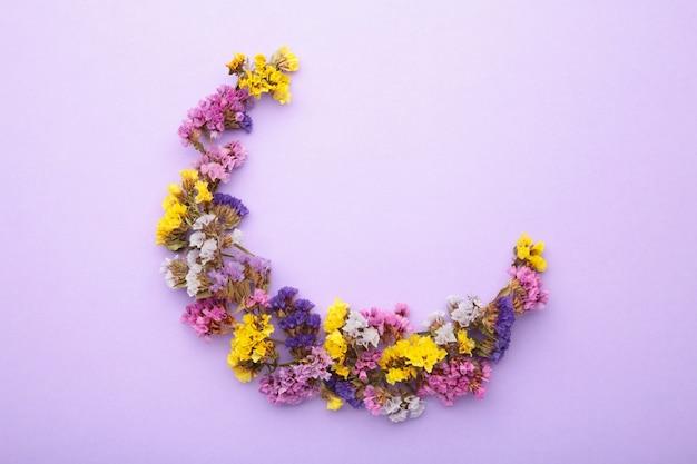 Composition de fleurs. fleurs de gypsophile. mise à plat, vue de dessus, espace de copie. printemps