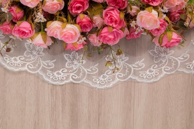 Composition de fleurs sur fond en bois pour mariage ou anniversaire