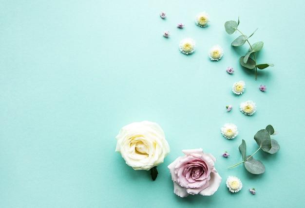 Composition de fleurs sur fond vert