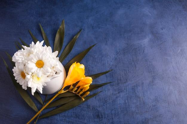 Composition de fleurs fraîches et de plantes tropicales