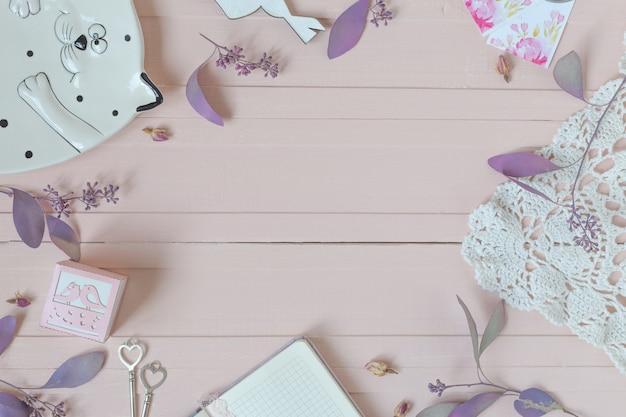 Composition de fleurs. motif à fleurs roses, branches d'eucalyptus et décor différent
