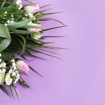 Composition de fleurs et de nombreuses plantes tropicales