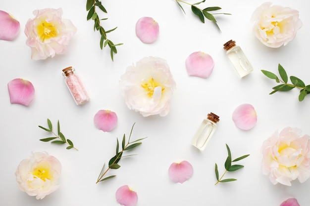 La composition de fleurs, pétales de roses, branches d'eucalyptus et huiles essentielles