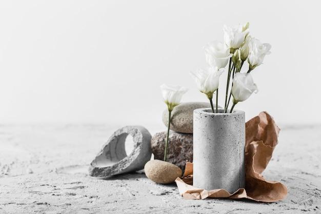 Composition de fleurs printanières blanches avec espace copie