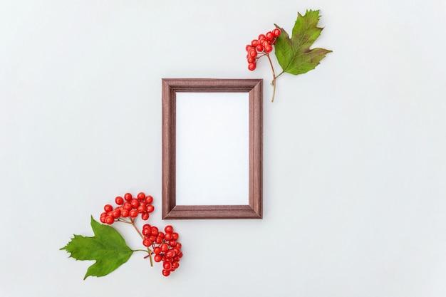 Composition florale d'automne. cadre photo vertical aux baies de viorne