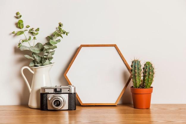 Composition florale avec cadre hexagonal