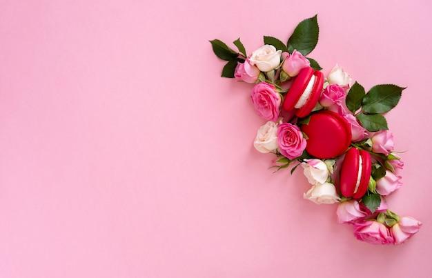 Composition florale avec une couronne de roses roses sur fond rose. contexte de la saint-valentin. mise à plat, vue de dessus.