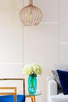 Composition florale d'hortensia dans un joli salon