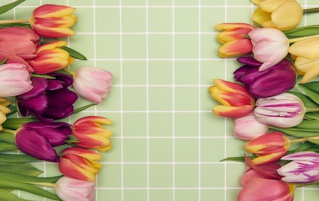 Composition florale de printemps avec des fleurs de tulipes