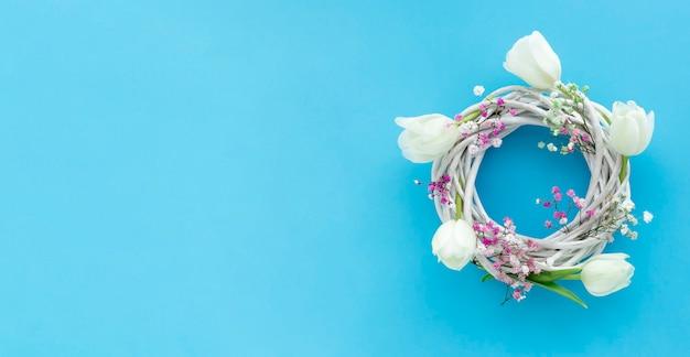 Composition florale de printemps, tulipes blanches et gypsopfila sur fond bleu. taille de bunner.
