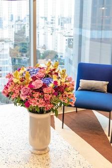 Composition florale de roses et de limoniums décorant le salon de la maison