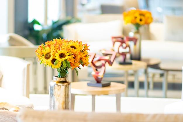 Composition florale de tournesols ornant le salon de la maison