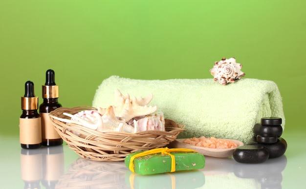 Composition des fonds nécessaires pour les soins du spa sur fond vert