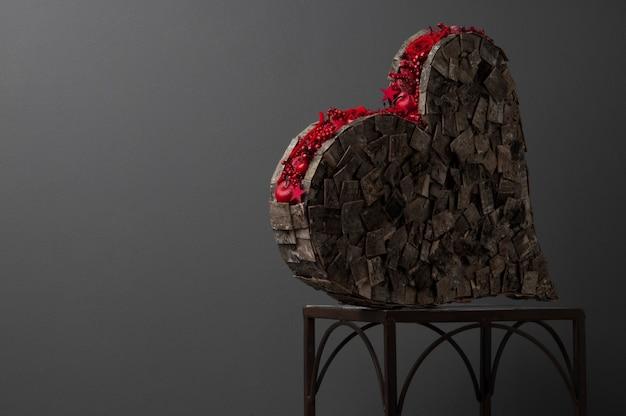 Composition en forme de coeur avec des roses debout sur une structure métallique saint valentin