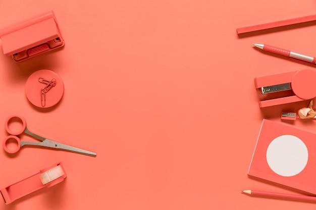 Composition de fournitures de bureau en couleur rose