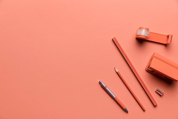 Composition de fournitures d'étude de couleur rose
