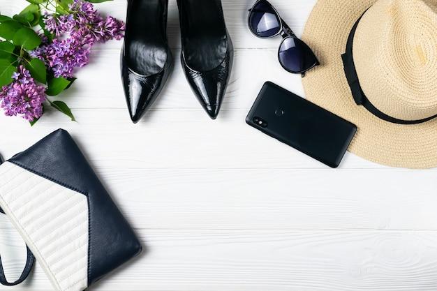 Composition de frais généraux éléments de promenade de l'été avec des chaussures et maquillage blanc