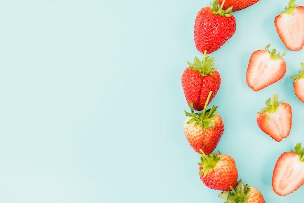 Composition de fraise mûre sur fond d'azur