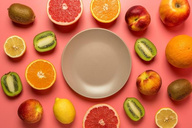 Composition de fruits créative sur fond rose avec des ombres dures
