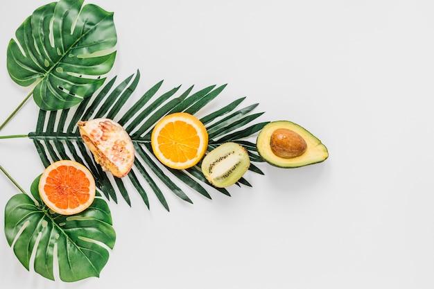 Composition de fruits sur feuilles