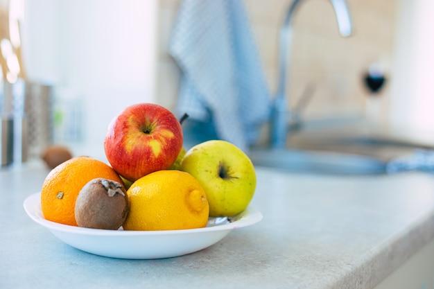 Composition de fruits frais et mûrs sur la table dans la cuisine domestique