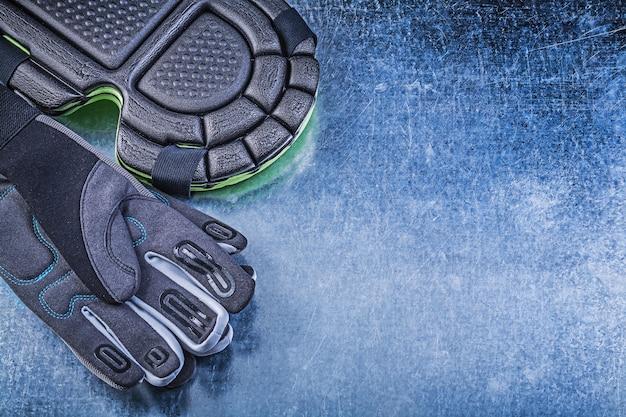 Composition de gants de sécurité de jardinage genouillères sur fond métallique concept agricole