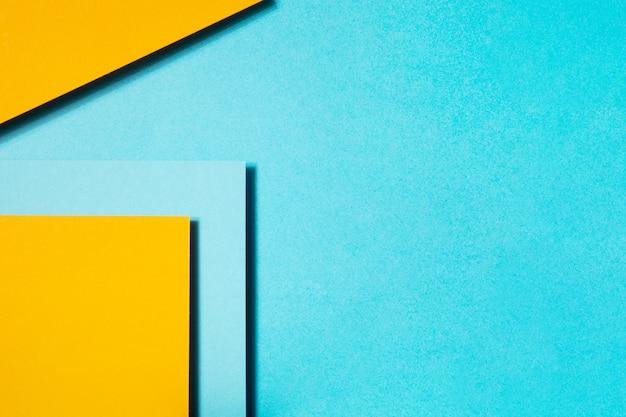 Composition géométrique en carton bleu et jaune